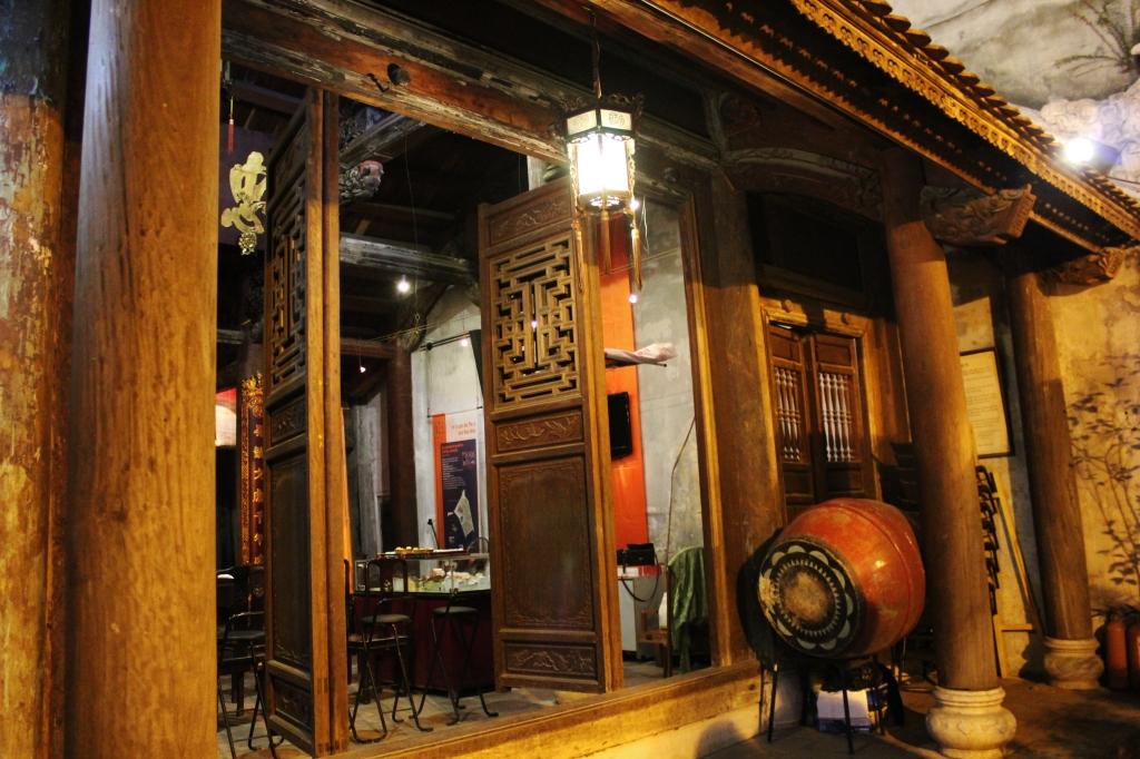 Ngoài cửa đền Quán Đế ở Hà Nội (photo © Anvi Hoàng)