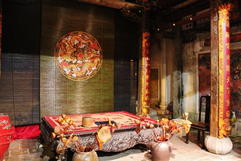 Tấm phản gỗ để ca nương ngồi hát (photo © Anvi Hoàng)